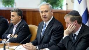رئيس الوزراء اثناء اجتماع الكابينيت ٦ ابريل ٢٠١٤ (Amit Shabi/Flash90/Pool)