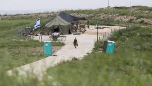 اعادة بناء القاعدة العسكرية التي هدمها المستوطنون في يتسهار ابريل ٢٠١٤ (فلاش ٩٠)