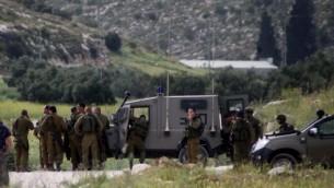 جنود اسرائيليون في حالة تأهب بعد اطلاق النار في شارع ٣٥ قضاء الخليل ١٥ ابريل ٢٠١٤ (فلاش ٩٠)
