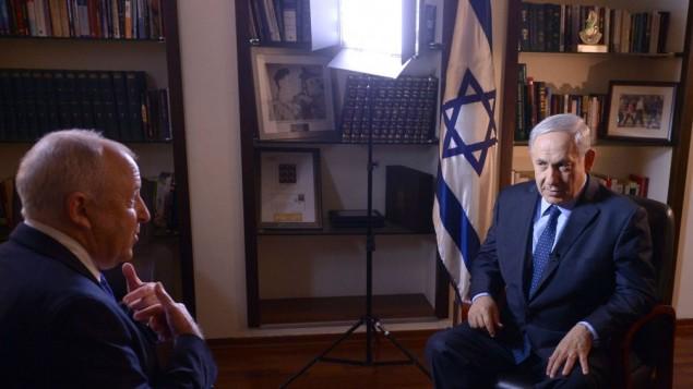 رئيس الوزراء بنيامين نتنياهو (يمين) يتحدث إلى وسائل الإعلام الدولية بعد إعلان اتفاق المصالحة بين فتح وحماس، الخميس 24 أبريل، 2014 ( /GPO/Flash90).