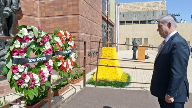 رئيس الوزراء امام اكليل من الزهور في متحف الكارثة البطولة ياد فاشيم في ذكرى المحرقة النازية ٢٧ ابريل ٢٠١٤ (حاييم زاك/ جي بي او/ فلاش ٩٠)