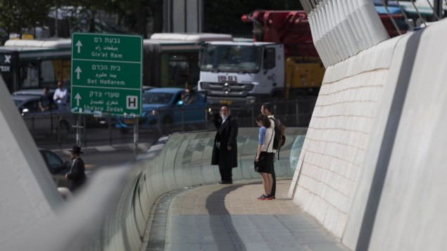 اسرائيليون يقفون دقيقة حداد في ذكرى المحرقة النازية (يوناتان سنايدل/ فلاش ٩٠)