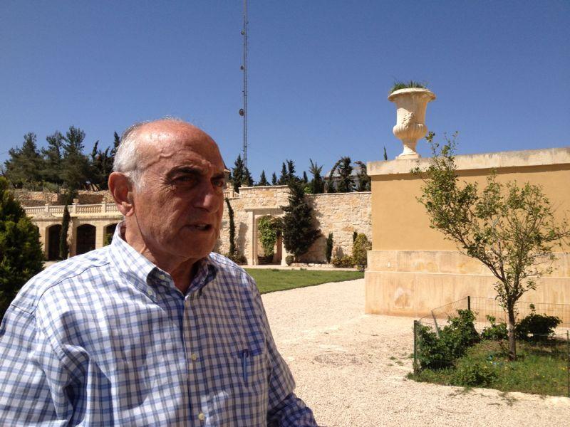 منيب المصري في بيته, بيت فلسطين الذي يطل علآ نابلس 8 ابريل 2014 (بعدسة سهى خليفة/ طاقم تايمز أوف اسرائيل)