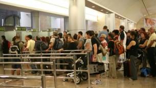 صورة توضيحية لطابور ناس في مطار بن جوريون (فلاش ٩٠/ يوسي زمير)