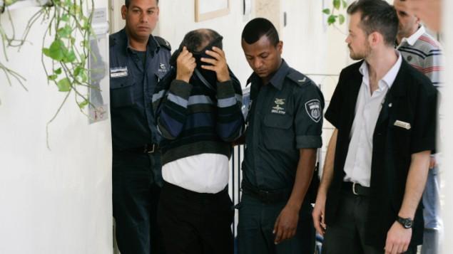 إيلان شموئيل، 52، السائق السابق لرئيس الوزراء بنيامين نتنياهو يصل محكمة الصلح في القدس لمواجهة اتهامات بالاعتداء الجنسي، 24 أبريل 2014 (Flash90)