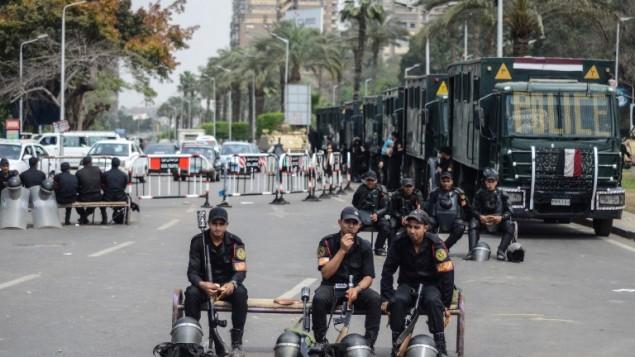 رجال شرطة مصرية يجلسون في احد شوارع القاهرة 16 ابريل 2014 (محمد الشهد/ أ ف ب)