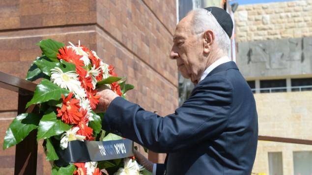 رئيس الدولة امام اكليل من الزهور في متحف الكارثة البطولة ياد فاشيم في ذكرى المحرقة النازية ٢٧ ابريل ٢٠١٤ (حاييم زاك/ جي بي او/ فلاش ٩٠)