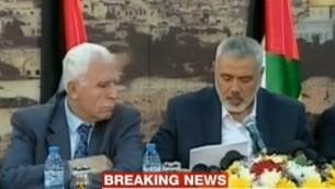 مندوب السلطة الفلسطينية عزام الاحمد ورئيس حركة حماس اسماعيل هنية يتحدثان الى الصحافة اليوم الاربعاء (من شاشة الجزيرة)