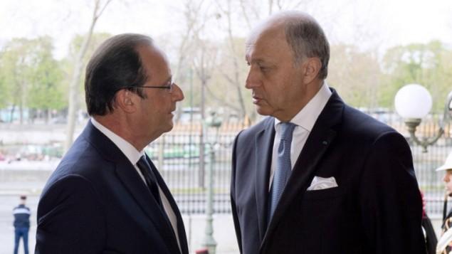 الرئيس الفرنسي فرانسوا هولاند مع وزير خارجيته لاورنت فابيوس 27 مارس 2014(بعدسة اليان جاكارد/ أ ف ب)