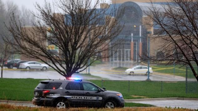 سيارات الشرطة بعد الهجوم العنصري على منزل للمتقاعدين اليهود في ولاية كنساس الاميركية ١٤ ابريل ٢٠١٤ (Photo credit: Jamie Squire/Getty Images via JTA Photos)
