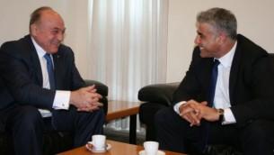 وزير المالية يائير لابيد مع نظيره الفلسطيني شكري بشارة يونيو 16 (عنات همامني / وزارة المالية)