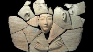 قطع من غطاء النعش بعد تنظيف أولي (كلارا عاميت/ سلطة الآثار القديمة)