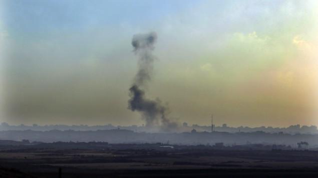 دخان يعلو في سماء غزة بعد غارة جوية, صورة توضيحية (بعدسة تسفرير ابيوف/ فلاش 90)