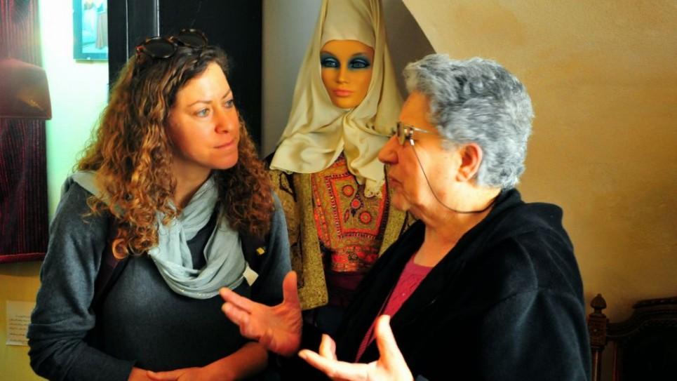 أثناء محاضرة تشرح عن الحياة العربية التقليدية في بيت لحم (photo credit: copyright/Bruce Shaffer)