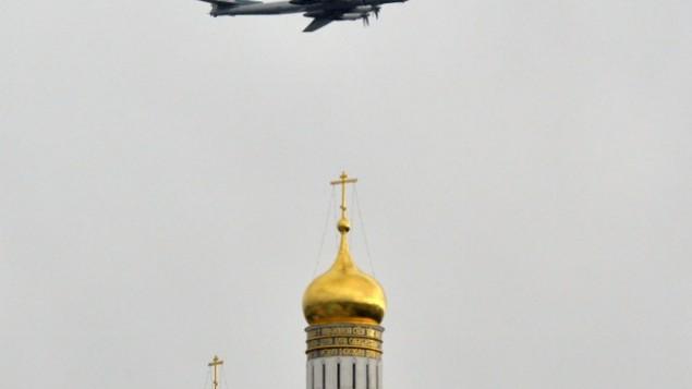 طائرات توبوليف 95  ترفرف فوق كاتدرائيات الكرملين في موسكو، 7 مايو 2014، وذلك خلال بروفة لموكب يوم النصر. روسيا تحتفل 1945 الانتصار على ألمانيا النازية في 9 مايو. AFP PHOTO / YURI KADOBNOV