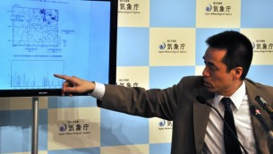 ضابط وكالة الارصاد الجوية اليابانية يتحدث في مؤتمر صحفي في طوكيو يوم 5 مايو 2014 حيث  ضرب زلزال 6.0 درجة على مقياس ريختر،  هز المباني في طوكيو في وقت مبكر يوم 5 مايو، وأكد انه لا يوجد خطر من حدوث تسونامي  AFP PHOTO / Yoshikazu TSUNO