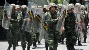 الجنود التايلانديين بدوريات في نادي الجيش في بانكوك يوم 20 مايو 2014. أعلن الجيش التايلاندي الاحكام العرفية بعد شهور من القاتل الاحتجاجات المناهضة للحكومة  AFP PHOTO / PORNCHAI KITTIWONGSAKUL