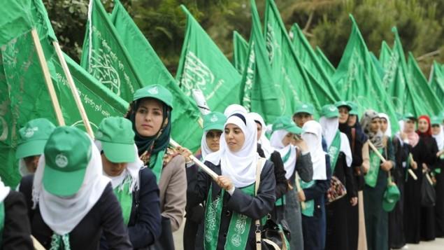 فلسطينيون من أنصار حركة حماس في مسيرة قبل انتخابات مجلس الطلبة في جامعة بيرزيت، على مشارف مدينة رام الله، الثلاثاء، 6 مايو، 2014 (تصوير: عباس المومني / أ ف ب).