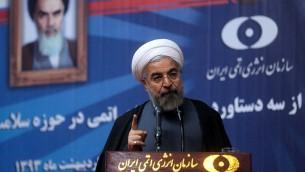 الرئيس الايراني حسن روحاني يلقي خطابا خلال حفل أقيم في منظمة الطاقة الذرية الايرانية  في طهران يوم 11 مايو 2014. (AFP PHOTO / HO / PRESIDENCY WEBSITE)