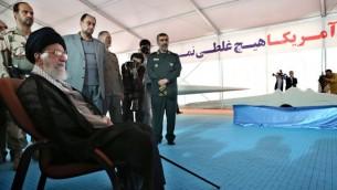ارشيف - صورة نشرة صادرة عن مكتب المرشد الأعلى آية الله علي خامنئي في 11 مايو 2014 أثناء زيارة معرض السلاح الايراني (AFP PHOTO/HO/IRANIAN LEADER'S WEBSITE)