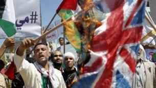 حرق الفلسطينيون نسخ طبق الأصل عن الأعلام الإسرائيلية والبريطانية خلال تجمع حاشد قبيل الذكرى 66 للنكبة في رفح في جنوب قطاع غزة، الأربعاء، 14 مايو، 2014 (تصوير: سعيد الخطيب / أ ف ب).