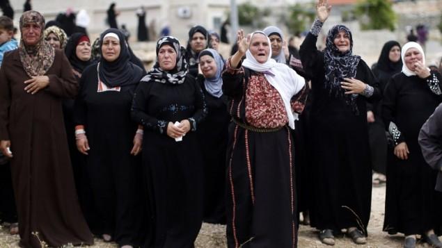 قريبات الفلسطيني محمد عودة  17، اثناء تشييع جثمانه في بيرزيت قرب مدينة رام الله بالضفة الغربية يوم 16 مايو 2014  توفي عودة وزميله مصعب نوارة (20 عاما)  في مستشفى رام الله بعد إصابته برصاصة في الصدر خلال مظاهرة بالقرب من سجن عوفر للمطالبة بإطلاق سراح  الفلسطينيين الذين تحتجزهم اسرائيل. AFP PHOTO / THOMAS COEX