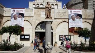 لافتة تحمل صورة البابا فرانسيس في 18 مايو 2014، داخل فناء كنيسة سانت كاترين في كنيسة المهد، في الضفة الغربية من مدينة بيت لحم. AFP PHOTO / THOMAS COEX