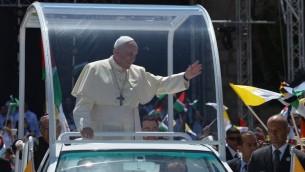البابا فرانسيس مع الجماهير في السيارة الباباوية عند وصوله بيت لحم للعقد القداس في الهواء الطلق امام كنيسة المهد 24 مايو 2014 (فينشينزو بينتو/ أ ف ب)