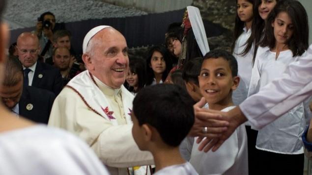 الأطفال من مخيمات اللاجئين الفلسطينيين استقبلوا البابا فرانسيس  25 مايو 2014 خلال زيارة لمخيم الدهيشة، AFP PHOTO/POOL/MENAHEM KAHANA
