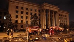 رجال الاطفاء في مبنى الاتحاد التجاري للحرق في وقت متأخر يوم 2 مايو 2014 في أوديسا. (AFP/STRINGER)