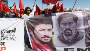 تركيا، مظاهرة 12 مايو 2014، خارج المحكمة - اربعة من شرطة مكافحة الشغب التركية يمثلون امام المحاكمة بتهمة ضرب متظاهر إلى موت علي إسماعيل قرقماز. AFP PHOTO / ADEM ALTAN