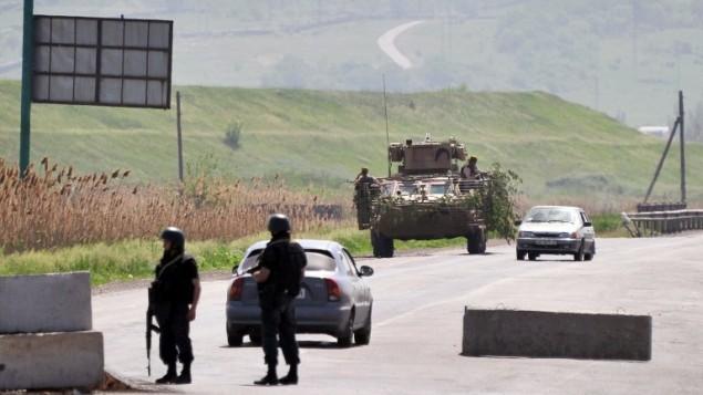جنود الحراسة الأوكرانية عند حاجز قرب مدينة الشرقي من سلافيانسك، منطقة دونيتسك، في 17 مايو 2014  AFP PHOTO / GENYA SAVILOV