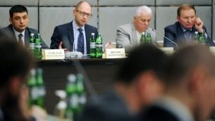 رئيس الوزراء الأوكرانية امام الصحافة  17 مايو 2014  ارسيني ياتسينيوك (3R)  بجانب الرؤساء السابقين ليونيد كرافتشوك (2ndR) ويونيد كوتشما (R) خلال لقائهما في كييف ( AFP PHOTO/ UKRAINIAN PRIME-MINISTER PRESS-SERVICE/ ANDREW KRAVCHENKO)