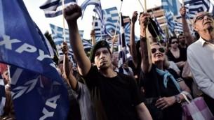 مؤيد للحزب القومي المتطرف الفجر الذهبي اليوناني يرفع قبضته خلال تجمع حاشد قبل الانتخابات في اثينا يوم 23 مايو 2014 ( AFP / ARIS MESSINIS)
