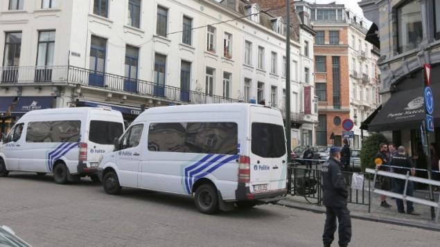 سيارتا شرطة بجانب المتحف اليهودي في بروكسل ٢٤ مايو ٢٠١٤ (AFP/ Belga Photo/NICOLAS MAETERLINCK)