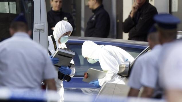 الشرطة تتفحص موقع الهجوم على المتحف اليهودي في بروكسل ٢٤ مايو ٢٠١٤ ( AFP/ BELGA PHOTO / NICOLAS MAETERLINCK)