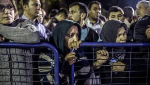 ناس أمام المستشفى في انتظار الأخبار من أقاربهم 14 مايو 2014. 201 شخصا على الاقل قتلوا وبقي مئات آخرين محاصرين تحت الارض بعد انفجار وحريق في منجم للفحم في اقليم غرب تركيا مانيسا، AFP PHOTO / BULENT KILIC