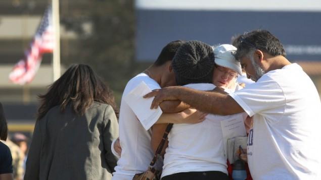 عائلات الضحايا يتعانقون مواساة في اعقاب الهجوم المميت في سانتا باربارة ٢٧ مايو ٢٠١٤ (أ ف ب/ جيتي/ دافيد مكنيو)