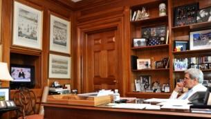 وزير الخارجية الامريكية جون كيري يشاهد خطاب اوباما ٢٨ مايو ٢٠١٤ (US State Department)