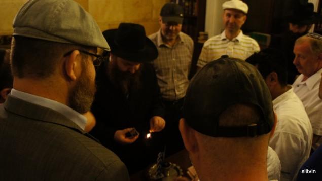 الجالية اليهودية في اوكرانيا اثناء طقوس الهافدالاه ، الطقوس الديني الذي يختم يوم السبت ٢٠١٢ (photo credit: CC BY Senia L/Flickr)