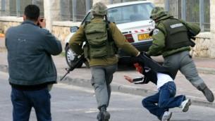 الجيش الاسرائيلي يعتقل فلسطينيا، صورة توضيحية (Olivier Fitoussi/Flash90)