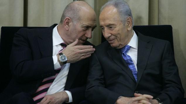 اهود اولمرت مع رئيس الدولة شمعون بيريس خلال حفل رسمي في مقر رئيس الدولة ٢٠٠٩ ( Olivier Fitoussi/Flash90)