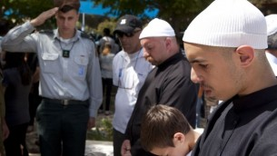 عائلة درزية تقف حدادا امام قبور اقربائهم في ذكرى ضحايا الحروبات الاسرائيلية ٢٠١٠ (فلاش ٩٠)