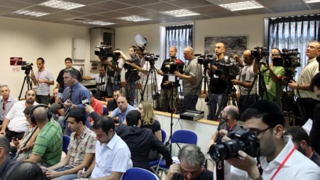 مراسلون ومصورون في قاعة المؤتمرات في مكتب رءيس الحكومة (فلاش ٩٠)