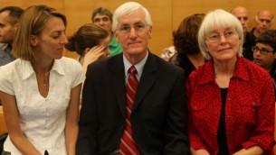 والدا ريتشل خوري، ناشطة مؤيدة للفلسطينيون  التي قتلت على يد جرافة إسرائيلية في غزة عام 2003، في قاعة المحكمة قبل حكم المحكمة. حيفا 28 أغسطس 2012 (Avishag Shaar Yashuv/Flash90)