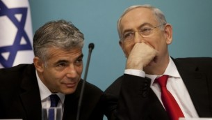 وزير المالية يئير لبيد مع رئيس الوزراء بنيامين نتنياهو خلال مؤتمر صحفي يوليو 2013 (Flash90)