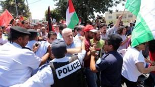 شرطة مكافحة الشغب تشتبك مع متظاهرين فلسطينيين يتظاهرون ضد استئناف محادثات السلام مع اسرائيل في مدينة رام الله بالضفة الغربية في يوليو تموز. وفقا لتقرير سنوي من قبل المنظمات غير الحكومية لحقوق الانسان بتسيلم 2013 شهدت ارتفاعا حادا في عدد من فلسطينيي الضفة الغربية الذين قتلتهم إسرائيل (Issam Rimawi/Flash90)
