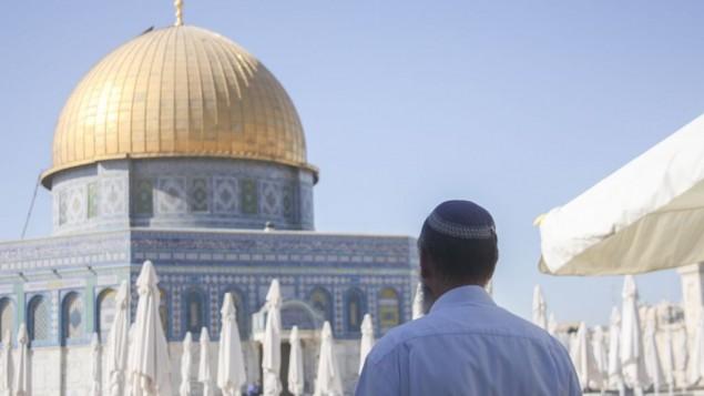 يهودي متديين يقف امام قبة الصخرة في القدس ٢٤ يوليو ٢٠١٣ ( Lucie March/Flash 90)