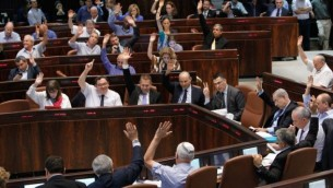 صورة توضيحية لتصويت الكنيست خلال جلسة تشريعية (بعدسة ميريام الستير/ فلاش ٩٠)