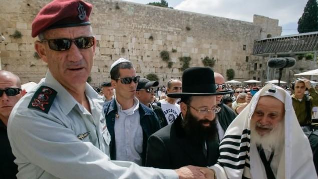 رئيس اركان الجيش في حائط المبكى اثناء احتفال البار ميتسفا لابنه ١٩ مايو ٢٠١٤ (فلاش ٩٠)
